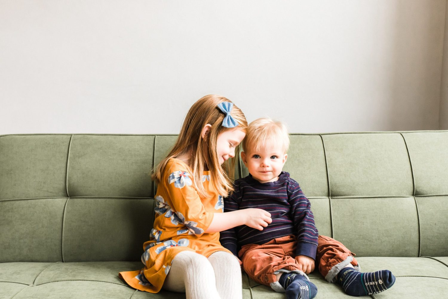 little girl and little boy sitting on couch for ontario family photo session by peterborough family photographer heather doughty photography